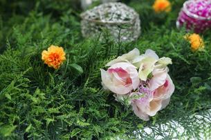 造花と庭のイメージの写真素材 [FYI02976635]