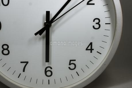 シンプルな時計のイメージの写真素材 [FYI02976670]