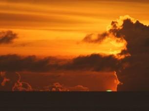 母島のグリーンフラッシュの写真素材 [FYI02976673]