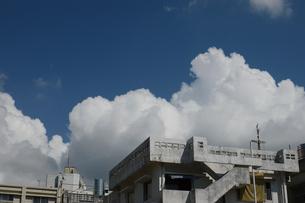 街の建物の向こうに入道雲の写真素材 [FYI02976703]