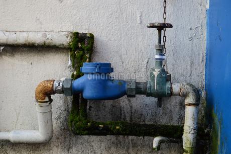 古い水道パイプのメーターとバルブの写真素材 [FYI02976704]