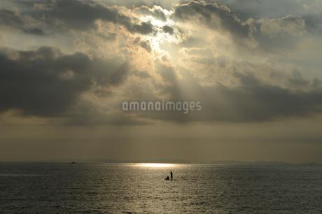 夕暮れ前の海にシルエットのsupの写真素材 [FYI02976706]