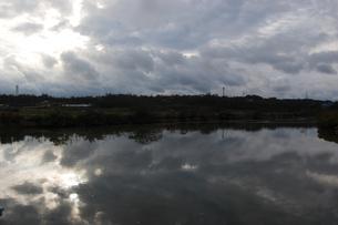 雲と林が川に反射しているの写真素材 [FYI02976871]