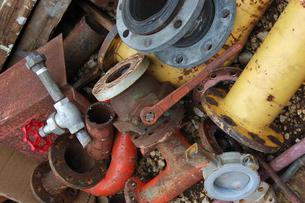 廃棄された工業部品が積み重なっているの写真素材 [FYI02976872]