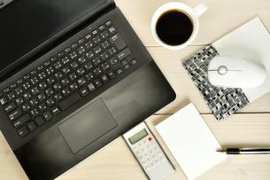 デスク上のパソコンとメモとコーヒーの写真素材 [FYI02977142]