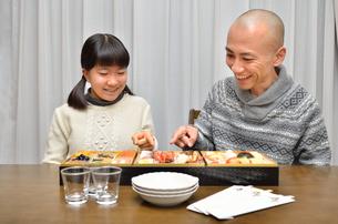 おせち料理を食べる親子の写真素材 [FYI02977161]