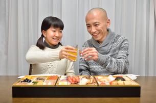 おせち料理を食べる親子の写真素材 [FYI02977163]