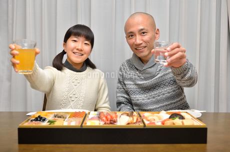 おせち料理を食べる親子の写真素材 [FYI02977164]