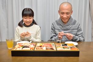 おせち料理を食べる親子の写真素材 [FYI02977165]