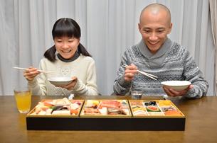 おせち料理を食べる親子の写真素材 [FYI02977167]