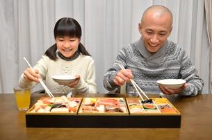 おせち料理を食べる親子の写真素材 [FYI02977168]