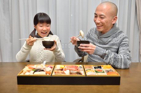 おせち料理を食べる親子の写真素材 [FYI02977170]