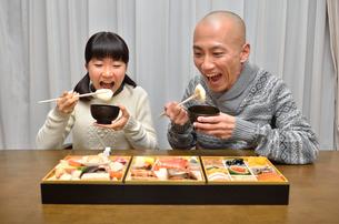 おせち料理を食べる親子の写真素材 [FYI02977171]