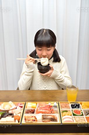 お雑煮を食べる女の子(正月、おせち料理)の写真素材 [FYI02977172]