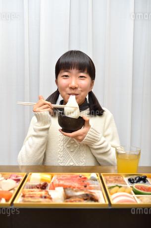 お雑煮を食べる女の子(正月、おせち料理)の写真素材 [FYI02977173]