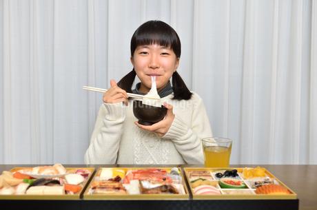 お雑煮を食べる女の子(正月、おせち料理)の写真素材 [FYI02977174]