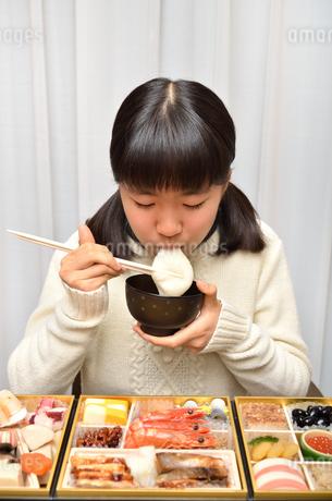 お雑煮を食べる女の子(正月、おせち料理)の写真素材 [FYI02977175]