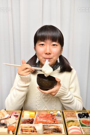 お雑煮を食べる女の子(正月、おせち料理)の写真素材 [FYI02977176]