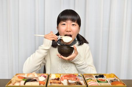 お雑煮を食べる女の子(正月、おせち料理)の写真素材 [FYI02977177]