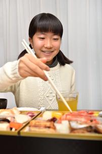 おせち料理を食べる女の子の写真素材 [FYI02977181]