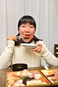 おせち料理を食べる女の子の写真素材 [FYI02977184]