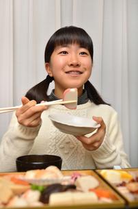おせち料理を食べる女の子の写真素材 [FYI02977185]