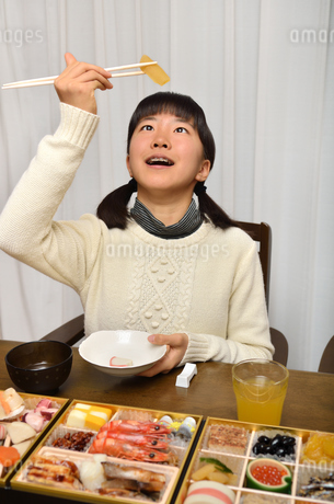 おせち料理を食べる女の子の写真素材 [FYI02977189]