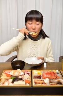 おせち料理を食べる女の子の写真素材 [FYI02977190]