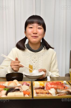 おせち料理を食べる女の子の写真素材 [FYI02977191]