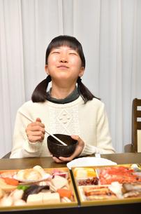 おせち料理を食べる女の子の写真素材 [FYI02977193]