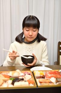 おせち料理を食べる女の子の写真素材 [FYI02977194]