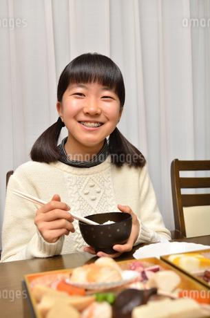おせち料理を食べる女の子の写真素材 [FYI02977195]