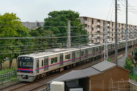 住宅街を走る電車の写真素材 [FYI02977270]