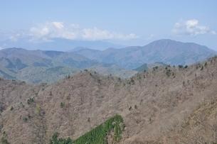 大室山から雲間の富士山の写真素材 [FYI02977298]