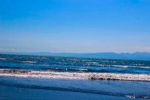 よく晴れた日の穏やかな海の波に癒されるの写真素材 [FYI02977326]