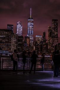 マンハッタンとブルックリンブリッジの夜景と人々の写真素材 [FYI02977439]
