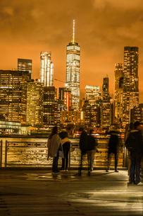 マンハッタンとブルックリンブリッジの夜景と人々の写真素材 [FYI02977441]