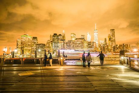 マンハッタンとブルックリンブリッジの夜景と人々の写真素材 [FYI02977446]