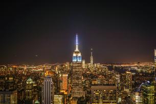 ロックフェラーセンター展望台から見えるエンパイステートビル(夜景)21の写真素材 [FYI02977453]