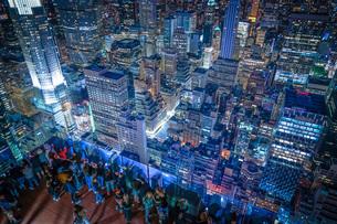 ロックフェラーセンター展望台の人々と夜景の写真素材 [FYI02977460]