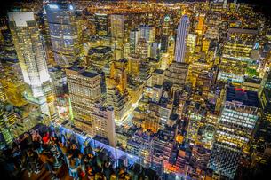 ロックフェラーセンター展望台の人々と夜景の写真素材 [FYI02977462]