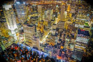 ロックフェラーセンター展望台の人々と夜景の写真素材 [FYI02977465]