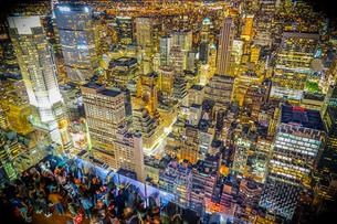 ロックフェラーセンター展望台の人々と夜景の写真素材 [FYI02977466]