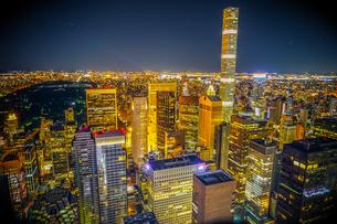 432パーク・アベニューとマンハッタンの夜景の写真素材 [FYI02977467]