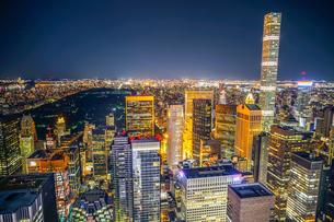 432パーク・アベニューとマンハッタンの夜景の写真素材 [FYI02977468]