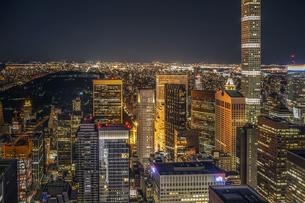 432パーク・アベニューとマンハッタンの夜景の写真素材 [FYI02977469]