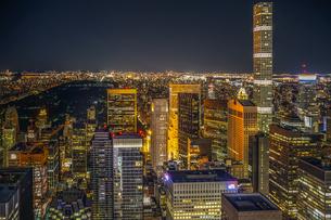432パーク・アベニューとマンハッタンの夜景の写真素材 [FYI02977471]