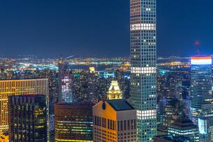 432パーク・アベニューとマンハッタンの夜景の写真素材 [FYI02977477]