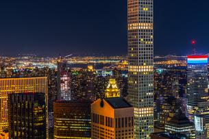 432パーク・アベニューとマンハッタンの夜景の写真素材 [FYI02977478]