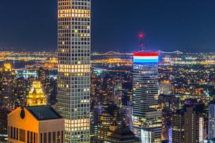 432パーク・アベニューとマンハッタンの夜景の写真素材 [FYI02977480]
